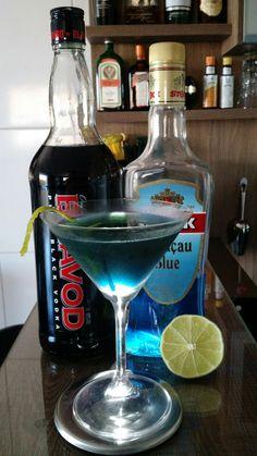 * DOWN THE ABYSS * - 25 ml. Vodka Negra - 25 ml. Licor Curaçau Blue - 35 ml. Suco de Limão Tahiti - 17,5 ml. Xarope de Açúcar - Twist de Laranja (para decoração) - Coloque todos os ingredientes em um mixing glass com gelo, e mexa bem. - Sirva em uma taça Martini resfriada. - Decore com um twist de laranja.