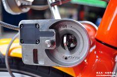 YouBike微笑單車的前方籃子,除了可以置放物品外,還有一個彈性鎖頭,將鋼線拉起來,從左方穿過前輪,再將鋼線拉往右方籃子底下,插入卡榫部位。