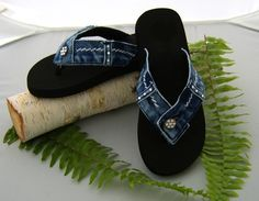 DIY jeans upcycle to flip flops! Diy Jeans, Jean Crafts, Denim Crafts, Denim Ideas, Denim Shoes, Denim Sandals, Recycled Denim, Diy Clothes, Diy Fashion