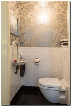 Een modern en strakke spiegel zilver in toilet op een zilver behang, gaaf! Spiegel te koop bij: https://www.barokspiegel.com/engelse-spiegels/vierkante-spiegel-bentley