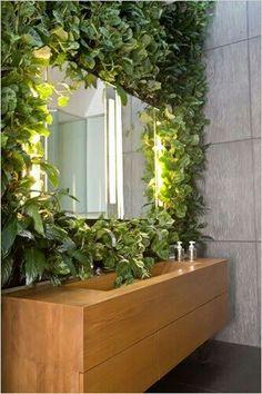 5 Favoriten: Badezimmer als Garten - Gardenista - Jardin Vertical Fachada Home And Garden, Natural Bathroom, Green Bathroom, Wall Climbing Plants, Green Rooms, Green Sink, Green Wall, Bathroom Plants, Indoor Plants
