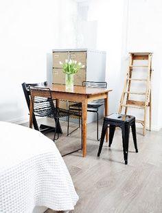 Hee dining ja Tolix tuolit Kerä lankakaupan Jonnan edellisessä asunnossa. Jonna's old place in Helsinki.