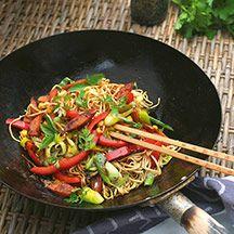 Asiatiskt möter västerländskt. Med wokade grönsaker och korv i stekpannan blir det inget annat än gott!