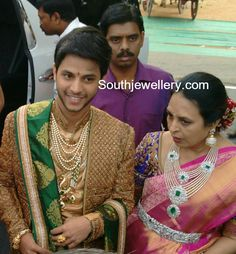 Gali Janardhan Reddy son-in-law Rajeev Reddy in his wedding jewellery and his mother in diamond jewellery Diamond Choker Necklace, Diamond Jewelry, Gold Jewelry, Indian Jewelry Earrings, Wedding Jewelry, India Jewelry, Indian Jewellery Design, Jewellery Designs, Necklace Designs