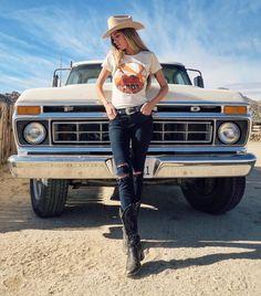 These Girls Love Diesel Trucks Every Guy Must See! - Page 6 of 10 - Diesel Society Foto Cowgirl, Estilo Cowgirl, Pickup Auto, Pickup Trucks, Jeep Pickup, Chevy Trucks, Trucks And Girls, Car Girls, Diesel Trucks