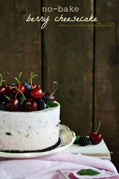 """Da aggiungere nella lista dei dolci """"intelligenti e salva tempo"""", da preparare in largo anticipo, conservarla nel congelatore e servirla nelle calde giornate estive, ecco la cheesecake che non necessita di cottura, fresca come un gelato. Ricetta NO-BAKE BERRY CHEESECAKE, CHEESECAKE SENZA COTTURA"""