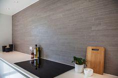 Skab kontrast med fliser på køkkenvæggen #huscompagniet #inspiration #indretning…