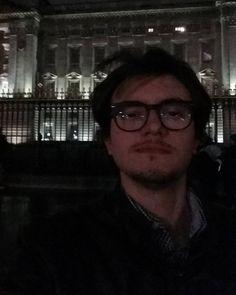 #london #buckinghampalace #memories #queen #england #godsavethequeen #selfie #christmas #december2015 #illbeback #capellialvento by simone96tv