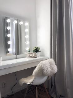 20 gray bedroom ideas that give your bedroom a classy look – Ni anar inte hur länge jag varit ute efter den PERFEKTA sminkspegeln. Jag var t We love how simple and stylish Alex C dressing table is featuring our Diaz Hollywood Mirror. Interior Design Living Room, Living Room Decor, Bedroom Decor, Gray Bedroom, Bedroom Ideas, My New Room, My Room, Cute Room Decor, Glam Room