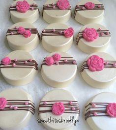 Cubierto de flores galletas Oreo cumpleaños por SweetBitesBrooklyn
