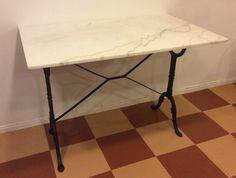 valurautajalkainen bistropöytä, pöytälevy valkoista marmoria . leveys 100cm . syvyys 60cm . kork.71cm . 2 kpl