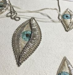 I like these eyelid shadow a lot. White eye brooches for spring. by zoomy Tambour Embroidery, Beaded Embroidery, Cross Stitch Embroidery, Embroidery Patterns, Hand Embroidery, Crazy Quilting, Diy Broderie, Lesage, Gold Work