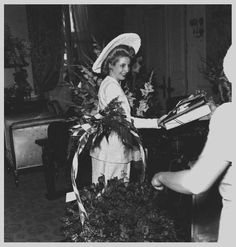 Photo by Eva Perón in France. Housed in a suite on the first floor of the luxurious Ritz Hotel in Paris, Evita receives gifts and presents from the hand of her friend Lilian Lagomarsino Guardo. European tour. In 1947.