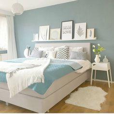 ¡¡Buenos días!! Estamos preparando un post de habitaciones blancas con una pared de color y estas dos fotos me han parecido muy elegantes.…