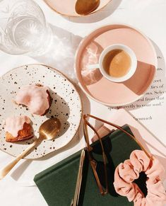Pink food, pink plates, pink everything. Flat Lay Photography, Coffee Photography, Food Photography, Fred Instagram, Tout Rose, Pink Plates, Pink Foods, Aesthetic Food, Food Styling