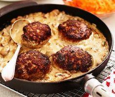 Biffarna av blandfärs får mer smak med ett uns senap i. En gräddig sås av champinjoner, crème fraiche, soja och balsamvinäger ackompanjerar biffen. Servera det hela med ris och rivna morötter.