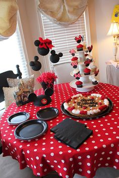 Minnie Mouse party table!