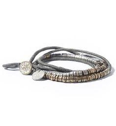 Noosa Amsterdam handgemaakte Nivkh Amulet-armband. Deze Amulet bracelet is gemaakt door ambachtslieden in India. De metalen ringetjes in antiek brons, antiek zilver en goudkleur zijn rondom een waxkoord geweven. De Nivkh amulet armband is geïnspireerd op de kleding van het inlandse Nivkh-volk, dat dicht bij het Russische eiland Sachalin leeft. De decoratieve metalen muntjes, schijfjes, belletjes en kralen werden gebruikt om de zoom van een jurk te verfraaien - Grijs - NummerZestien.eu