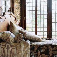 I can always steal some time to share with you images of warmth and indulgence ( fireplaces and cozy beds that is ;)
