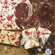 18 süße kleine Aufmerksamkeiten auf einen Streich - hübsch in Zellophan gewickelt und mit Anhängern versehen (z. B. von www.avie-art.de) www.avie-art.deHier geht's zum Rezept: Bunte Schokoladentafeln