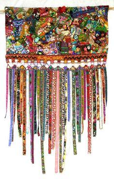 virginie-peyre-photos_travaux_textiles  A unique quilt hanging idea for the bottom end!