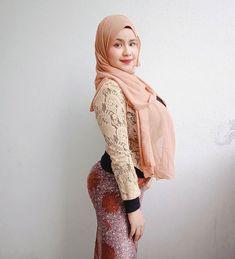 "No more fake account 💯 di Instagram ""Selamat berkurung di rumah guys hmm #extende lagi 😥"" Modern Hijab Fashion, Muslim Women Fashion, Arab Fashion, Curvy Women Fashion, Beautiful Arab Women, Beautiful Hijab, Arab Girls Hijab, Muslim Girls, Hijabi Girl"