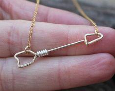 Tiny Gold Arrow Necklace Gold Filled by Karismabykarajewelry Wire Jewelry Designs, Handmade Wire Jewelry, Wire Wrapped Jewelry, Jewelry Crafts, Beaded Jewelry, Jewellery, Bijoux Fil Aluminium, Do It Yourself Jewelry, Wire Earrings
