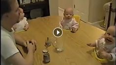 Eğlenceli baba dördüz bebeklerini kahkahaya boğmayı başarıyor. Bebekler babalarının yaptığı hareketlere çok gülüyorlar. Bebeklerin bu halini görünce sizinde yüzünüze bir gülümseme gelebilir.