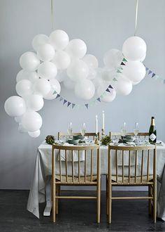 6 overdådige nytårsborde til årets sidste aften | Femina Own Home, Happy New Year, Home Furniture, Chandelier, Ceiling Lights, Table Decorations, Interior, Party, Inspiration