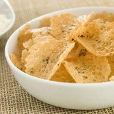 Chips de parmesan      Ces chips de parmesan sont ultra simples à réaliser : on dispose des petits tas fins de parmesan râpé sur une plaque de cuisson recouverte de papier sulfurisé, on assaisonne et on les enfourne, en surveillant bien. En refroidissant, les chips vont durcir et adopter leur aspect définitif. Parfaits en apéritif, ils surprendront vos convives