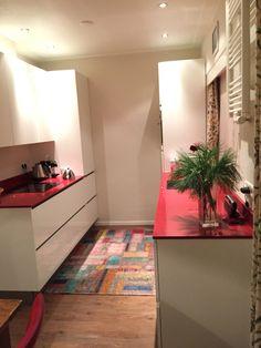 Wit met rode keuken