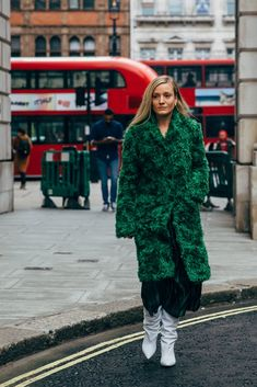 London Fashion Week Street Style Is Here to Bring You Nonstop Outfit Inspiration Winter Outfits Women 20s, Chic Winter Outfits, Women's 20s Fashion, London Fashion, Fashion Ideas, Autumn Street Style, Street Chic, London Winter, Vogue