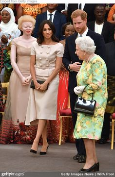 Duchess Meghan Markle Joins Prince Harry for Queen's Young Leaders Awards!: Photo The Duchess of Sussex (aka Meghan Markle) is looking stunning at the Queen's Young Leaders Awards reception! The Duchess and her husband, Prince Harry, were… Prince Harry Et Meghan, Meghan Markle Prince Harry, Princess Meghan, Meghan Markle Stil, Estilo Meghan Markle, Estilo Real, Nice Dresses, Short Dresses, Prada Dress