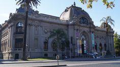El Museo Nacional de Bellas Artes se encuentra el pleno centro de Santiago,en medio del Parque Forestal,uno de los más antiguos de la capital chilena.