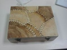 Manualidades con filtros de café: caja decorada con filtros usados Lace Painting, Bottle Painting, Diy And Crafts, Arts And Crafts, Decoupage Box, Country Paintings, Tea Stains, Altered Boxes, Cardboard Crafts