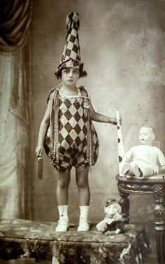 i dressed as a harlequin clown through most of my childhood on halloween, my costume was not this good. picture taken in 1903 Antique Photos, Vintage Pictures, Vintage Photographs, Vintage Images, Old Photos, Vintage Circus Photos, Retro Halloween, Halloween Costumes, Carnival Costumes