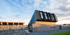 Как устроен дом с отрицательным потреблением энергии Автор: Анна Андриевская  В норвежском городе Ларвик, который находится примерно в 120 км к югу от Осло, в сентябре представили дом с отрицательным потреблением энергии.  Дом с отрицательным потреблением энергии Multikomfort House — это пилотный проект исследовательского центра ZEB (Zero Emission Building). Уменьшить экологический след, снизить влияние строительства на окружающую среду – основные цели исследователей. Концепт нового дома…