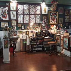 Tattoo shop themed art room Studio Room Design, Art Studio Room, Studio Setup, Tattoo Shop Decor, Tattoo Cafe, Tattoo Studio Interior, Tattoo Station, Sims 4 House Plans, Aesthetic Tattoo