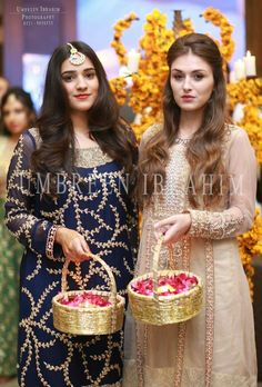 Indian Wedding Gifts, Desi Wedding Decor, Wedding Hall Decorations, Marriage Decoration, Wedding Ideas, Pakistani Mehndi Decor, Mehendi, Box Wedding Invitations, Pakistan Wedding