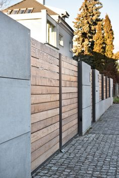 XCEL nowoczesne ogrodzenie Wood and concrete Tor Design, House Design, Front Wall Design, Wooden Fence Gate, Modern Wooden House, Modern Fence Design, Garden Retaining Wall, Door Gate Design, Boundary Walls