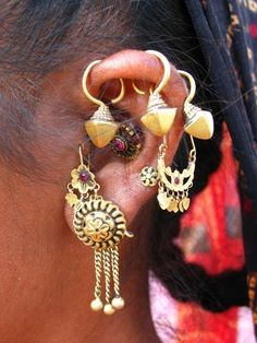 Here's a very beautiful ear from Gujarat in India India Jewelry, Tribal Jewelry, Resin Jewelry, Body Jewelry, Natalie Clifford Barney, Diy Accessoires, India Culture, Ear Piercings, Jewelery