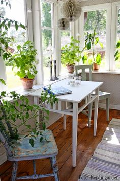 I would find reasons to spend a lot of time at this table throughout the day. I would find reasons to spend a lot of time at this table all day long. Modern Greenhouses, Small Sunroom, Home Interior, Interior Design, Sunroom Decorating, Enclosed Porch Decorating, Vibeke Design, Cottage Style, Home Office