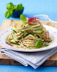 Das Rezept für Zucchini-Nudeln mit Mandelsoße und weitere kostenlose Rezepte auf LECKER.de