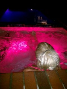 pink lights turn the water pink :) love it! Pink Love, Pretty In Pink, Hot Pink, Barbie Life, Barbie World, Jacuzzi, Blond, Girls World, Pink Summer
