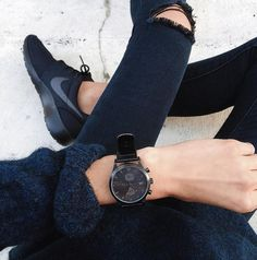 Black ripped jeans, black nike roshes, and an all black watch. so stylish and so minimal. Nike Free Shoes, Nike Shoes Outlet, Looks Street Style, Looks Style, Look Fashion, Womens Fashion, Fashion Trends, Fashion Black, Fashion Shoes