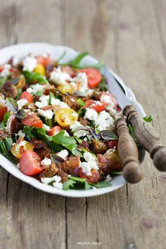 Brotsalat mit Rucola, Tomaten, Zucchini, Feta, Basilikum, knusprigem Speck und einer Knoblauch-Vinaigrette – Dreierlei Liebelei
