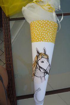 *Schultüte mit einem Pferd und dem Namen des Schulkindes*  Da wird jedes Mädchenherz höher schlagen.  Für jeden Pferde-Fan ein MUSS. Seltene Farbkombination: gelb-weiß Gerne klebe ich noch den...
