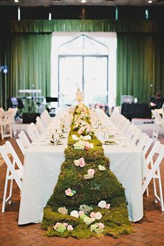 Moss is amazing for any season, and is suitable for woodland, rustic, garden, even beach and classical weddings in case you want to bring just a touch of nature. How can you use on your big day?