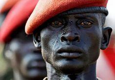 Un soldado del ejército popular de liberación de Sudán desfila en el día de la independencia.