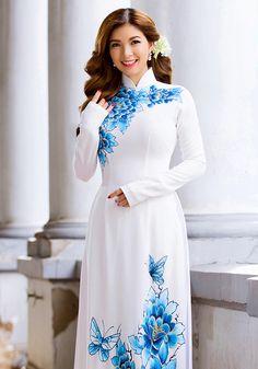 Phạm Thanh Thảo trẻ trung với áo dài trắng hình ảnh 3 Ao Dai, Dress Painting, Fabric Painting, Vietnamese Dress, Oriental Fashion, Beautiful Asian Women, Satin, Kanye West, Indian Dresses